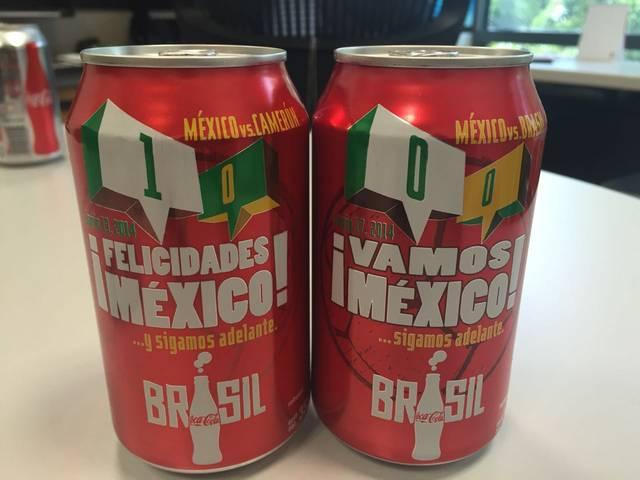 Latas de Coca Cola con los resultados de los partidos de México.